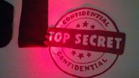 kuvituskuva, jossa Top Secret -koriste seinältä